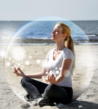 frau meditiert in seifenblase stressmanagement mit hypnose Mentale Fitness Glück Harmonie Lebensqualität