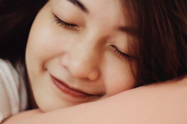 frau einschlafen schlaf
