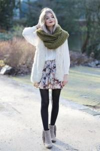 Modebloggerin Laura aus Frankfurt hat ein Winter-Outfit mit XXL Schal und Fransen-Stiefeletten kombiniert.
