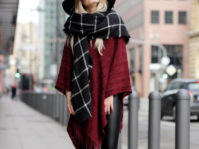 Fashionbloggerin Laura kombiniert auf ihrem Modeblog einen weinroten Poncho mit Lederleggings und Hut.