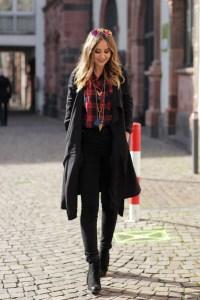 German Fashion Blog/ Modeblog Deutschland zeigt Outfit mit Karohemd und schwarzen Mantel für Frühling/ Herbst