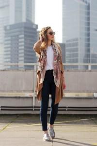 Streetstyle in Frankfurt auf deutschem Modeblog/ german fashion blog/ Modeblog Deutschland mit Frühlingsoutfit Wildleder Mantel.