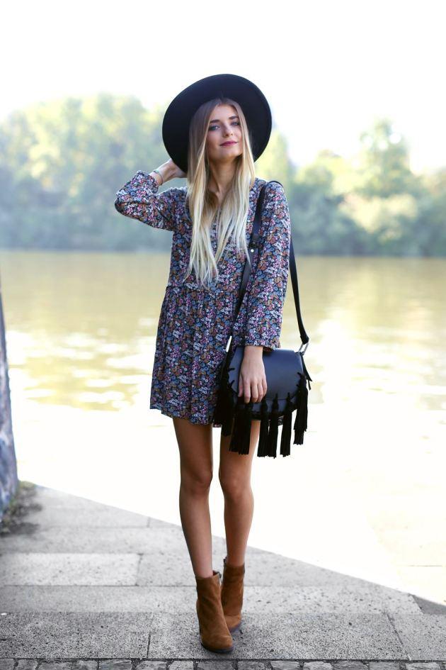 Modebloggerin Laura kombiniert ein Blumenkleid zu Stiefeletten.