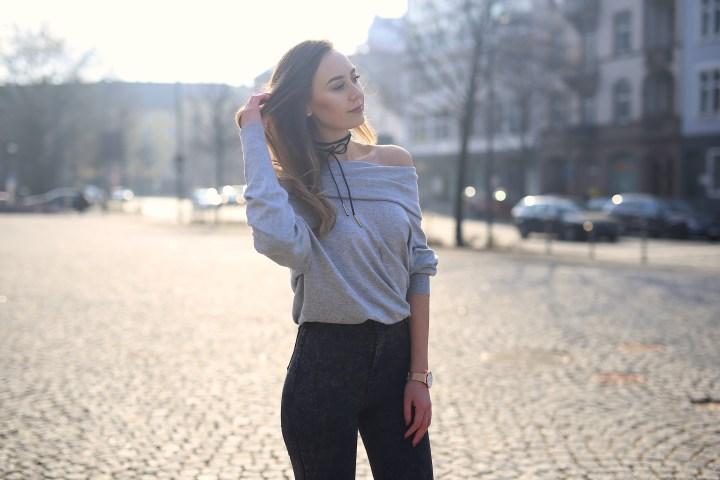 Deutscher Modeblog/ Modeblog Deutschland mit Outfit aus Off-Sholder Pullover, High Warst Jeans und Choker Kette.
