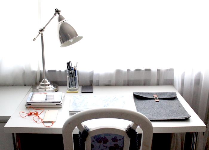 Blogger Arbeitsplatz mit weißem Schreibtisch