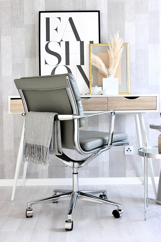 Arbeitszimmer Interior von Modebloggerin aus Frankfurt im skandinavischem Wohnstil mit Bürostuhl in grau von Cult Furniture und Schreibtisch von Wayfair.