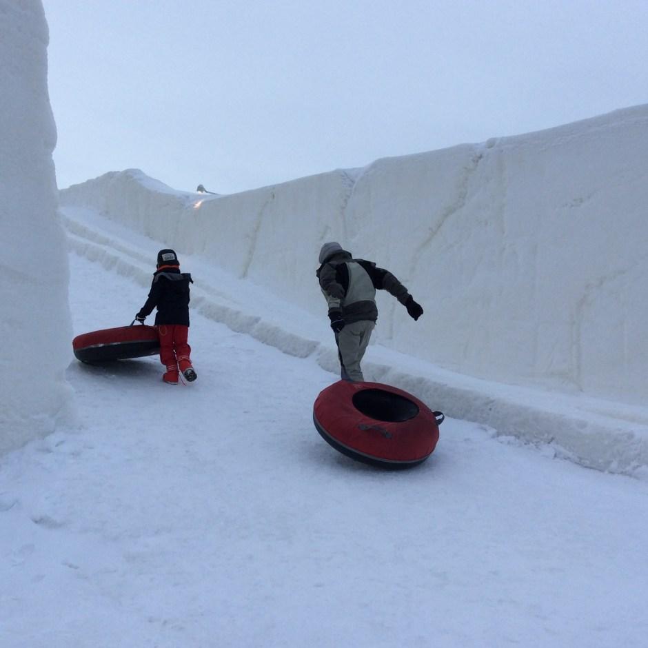 LumiLinnan liukumäessä viihtyvät pienemmät ja vähän isommatkin