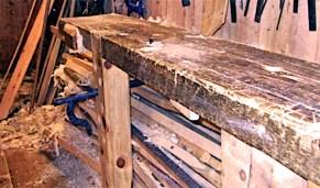 """Arbeidsbenk til båtbygging frå boka """"Trebåtbygging"""" av Ulf Mikalsen, 2006. Billedteksten hans er """"Bordbenk med klipe og klo"""". Her er også ein killingfot som står i hol i foten slik vi tenkjer oss kan ha vore brukt på Vasabenken."""