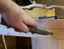 In the front of the bench we countersunk the nails with a knife. Photo: Roald Renmælmo