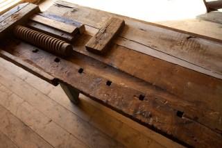 Skruven til baktanga er delvis fellt inn i benkeplata. Det ser ut til å ha vore gjort med ein stor hulkilhøvel. Foto: Roald Renmælmo