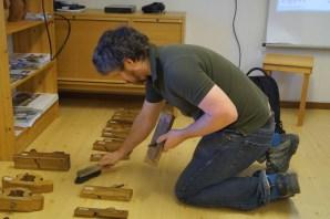 David børstar av støv på høvlane. Foto: Atle Østrem