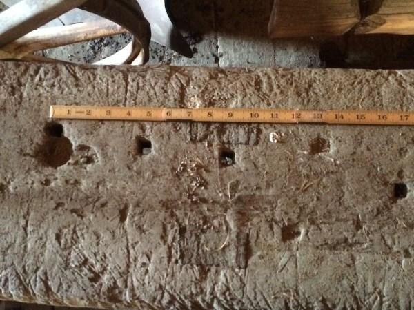Det er ikkje noko ronghake til benken, men det er hol i benkeplata som kan ha vore brukt til slikt. Foto: John Selsjord