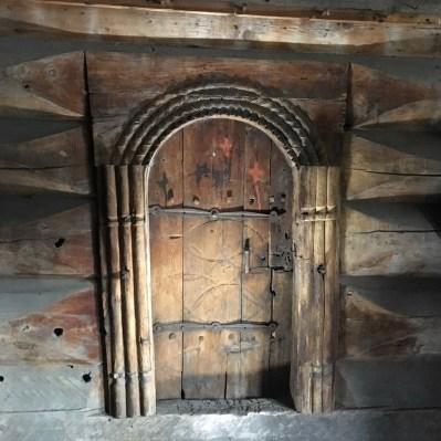 Ei av dørene i loftet er veldig fint dekorert og har flott omramming og hengslar. Foto: Roald Renmælmo