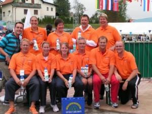 Op de foto: het HZ&PC Masterszwemteam tijdens de Europese kampioenschappen Masterszwemmen 2008 in Kranj (Slovenië).