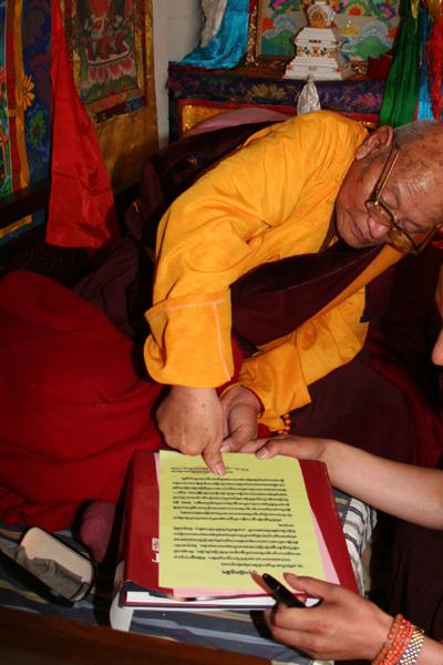 第七世佐欽法王的上師多杰仁增仁波且正在他寫給三世多杰羌佛的祝賀信上蓋手印。