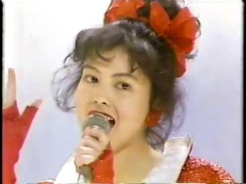 赤い衣装で歌う若い頃の沢口靖子