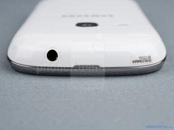 Jack de 3,5 mm (superior) - Os lados do Samsung Galaxy jovem Duos - Samsung Galaxy jovem Duos Visualização