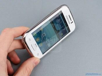 O Galaxy jovem Duos é surpreendentemente sólido na mão - Samsung Galaxy jovem Visualização Duos