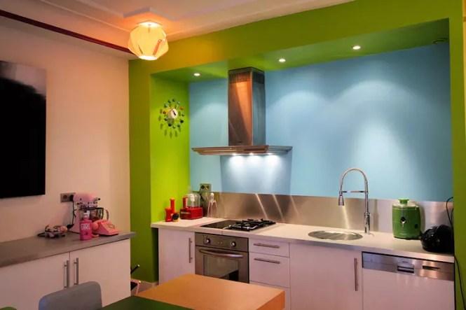Une Table Colorée Réalisée Avec Des Palettes En Bois Peintes Vert Anis Fushia Et