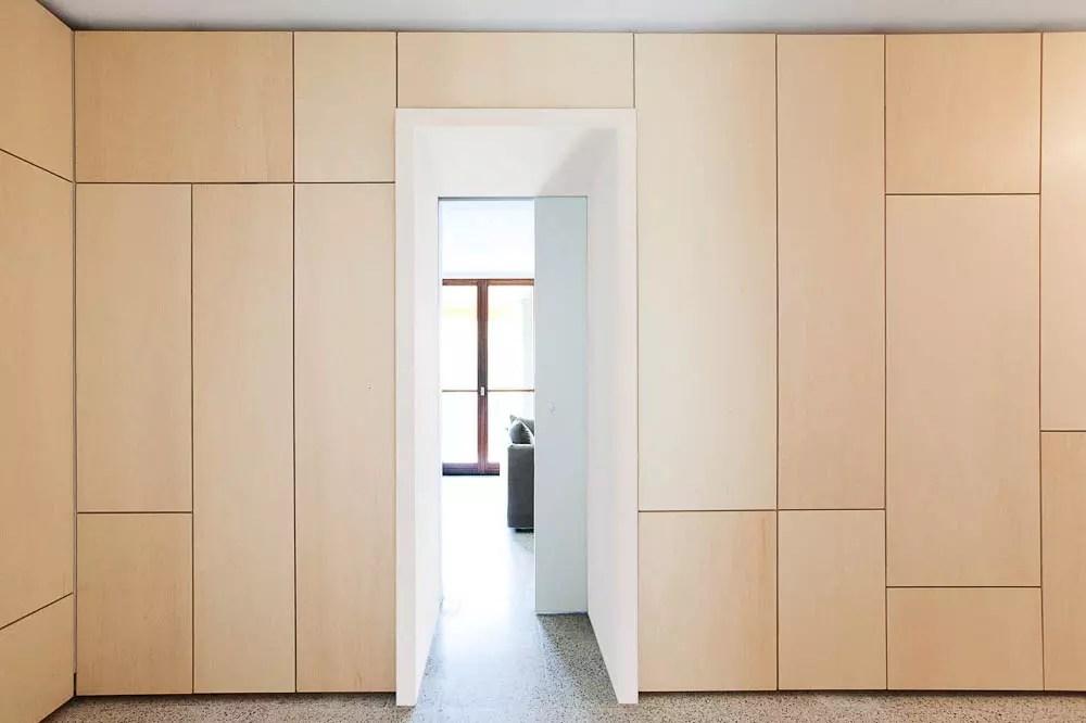 Un lgant mur de rangements  Un appartement au look archi sous le soleil de Provence