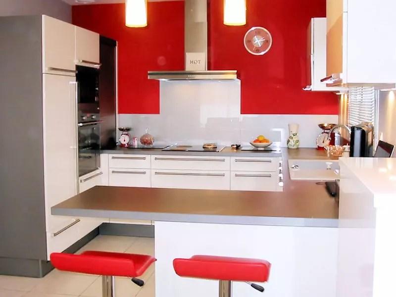 Une cuisine ouverte en rouge et blanc  Des cuisines rouge passion tendance et modernes