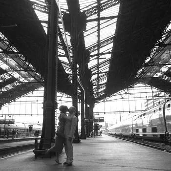 En France pas de baiser sur le quai des gares  Ces interdictions tonnantes dans le monde