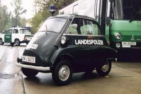 Une voiture de police lilliputienne  Les voitures de police dans le monde  Linternaute