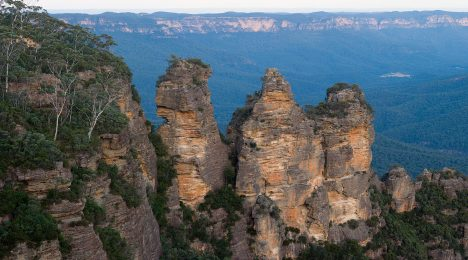 Blue Mountains NP, 3 sisters. Photo by Diliff CC BY-SA 2.5