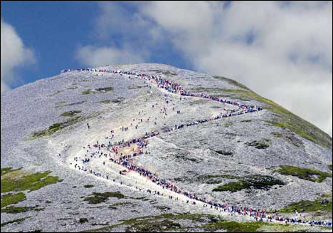 Ireland mount-croagh-patrick-overcrowded