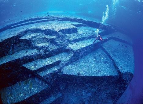 Yonaguni Ancient Civilization? Diver examines the site.