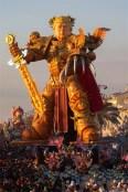 Image result for Lễ hội hóa trang lớn nhất Italy dựng tượng Trump như dũng sĩ