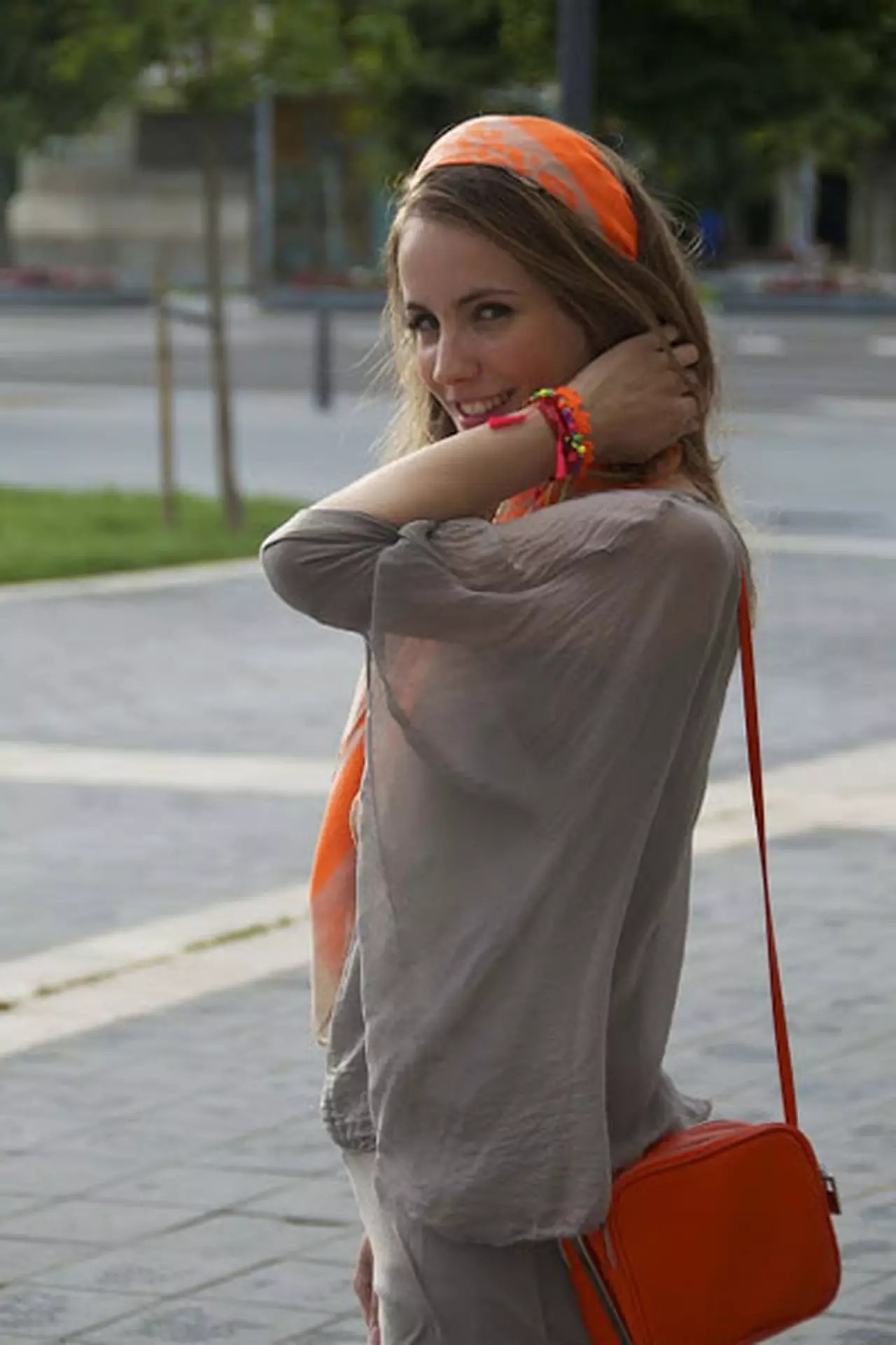 كيف ترتدين اللون البرتقالي ودرجاته لطلة عصرية شبابية