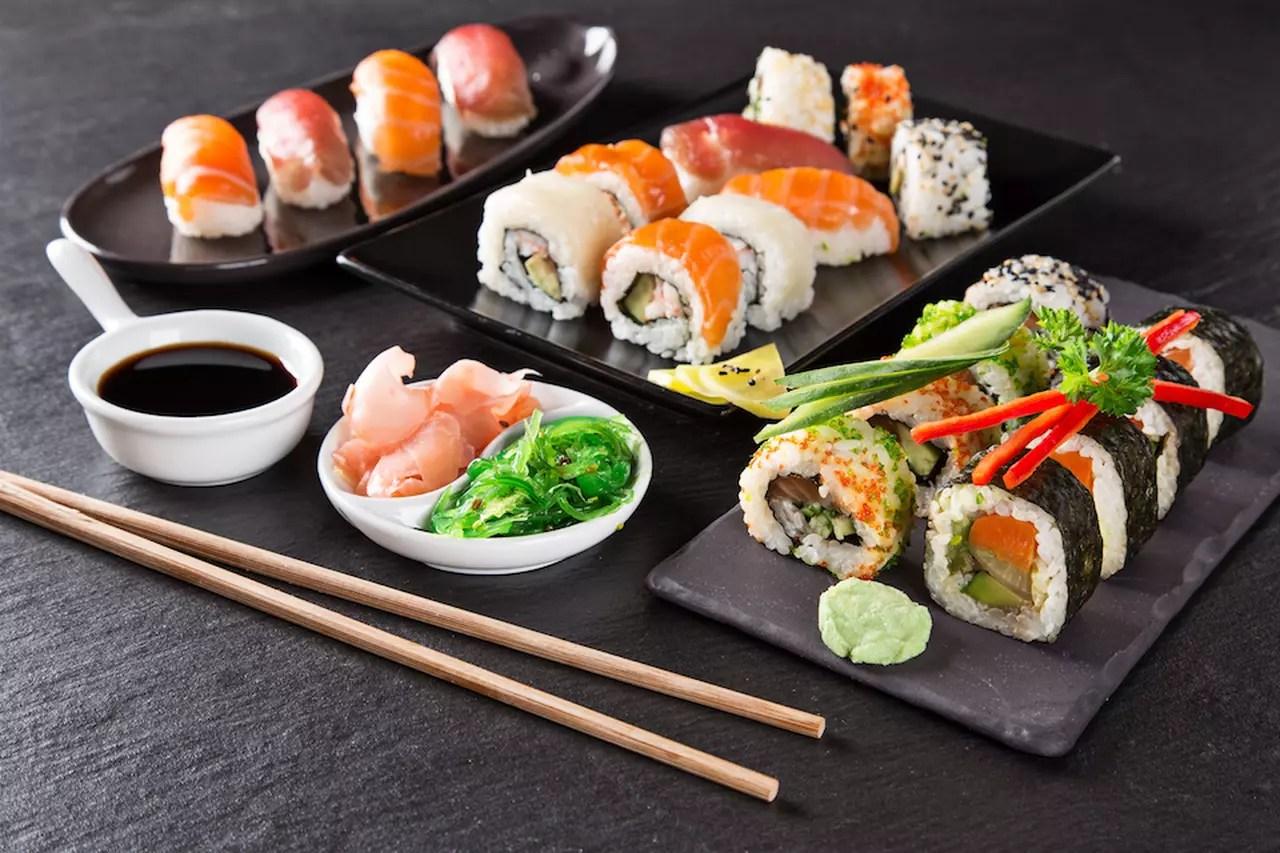Sushi istruzioni per una domestica cena giapponese