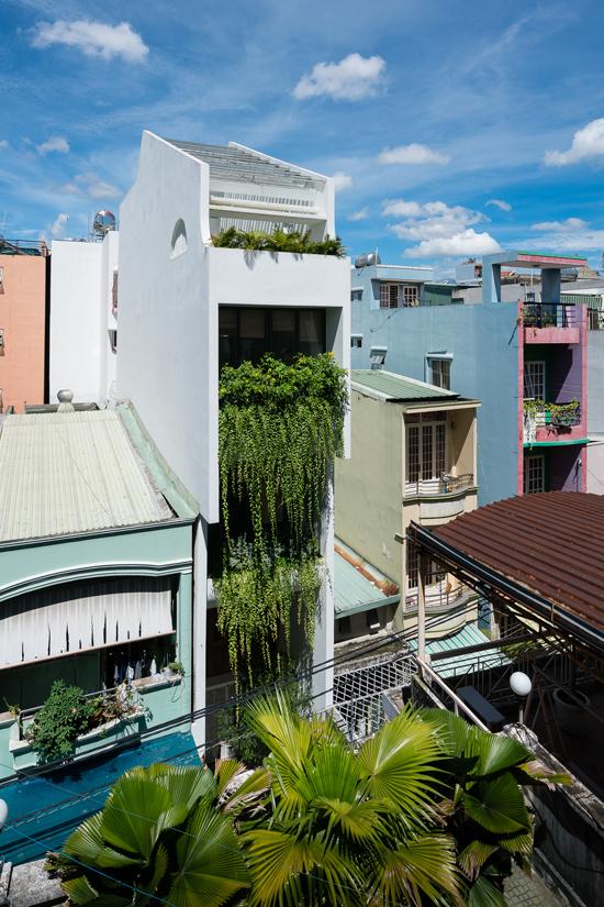 Nhà ống Sài Gòn đủ chỗ cho 4 gia đình nhỏ