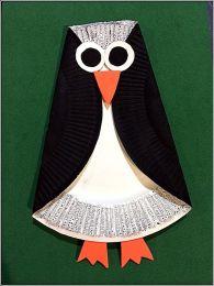 Pingüino con plato de plástico