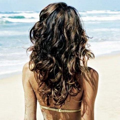 Os cortes de cabelo em V valorizam os cachos