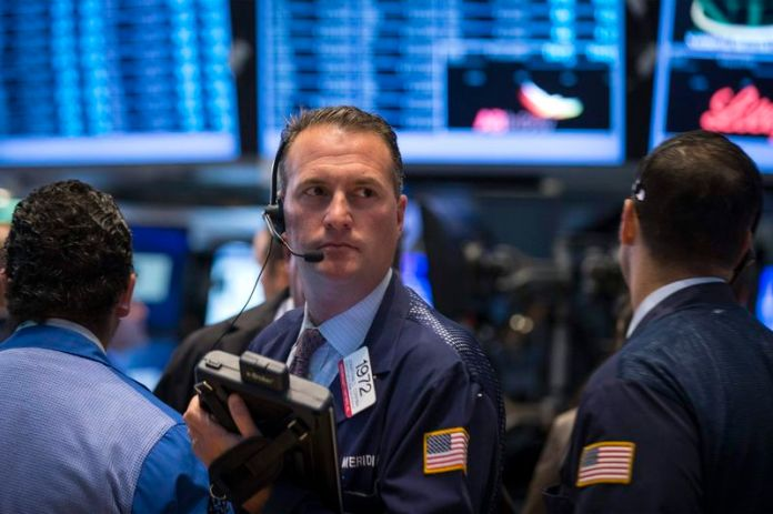 © Reuters. U.S. stocks lower at close of trade; Dow Jones Industrial Average down 2.38%