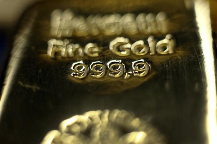 © Reuters. Gold prices slipped on Friday