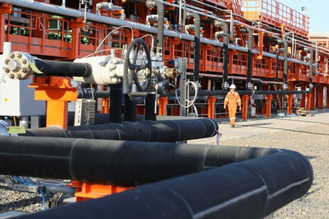 © Reuters. UPDATE 4-Oil hits five-month high above $71 on Libyan supply threat