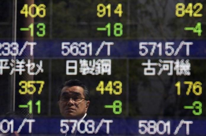 © Reuters. Asian stocks fell in morning trade on Friday