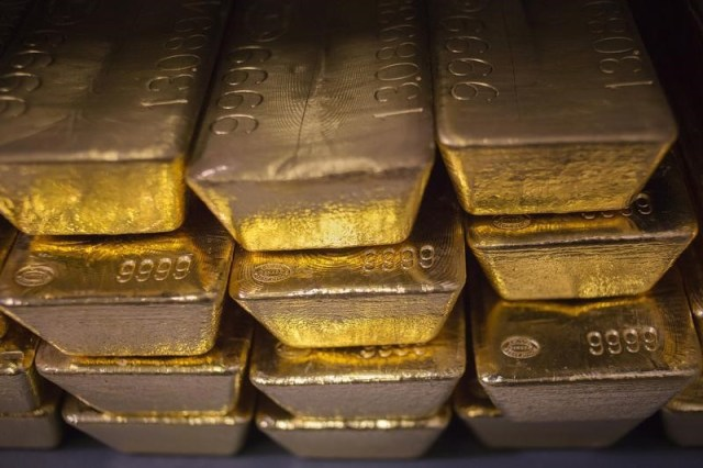 © Reuters.  PRECIOUS-Gold prices ease as equities gain before U.S. Fed decision