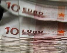 Euro Falls on Weak PMI Data; U.S. Dollar Steady By Investing.com