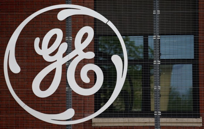 © Reuters. General Electric stooped lower on Friday.