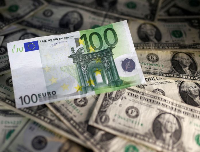 © Reuters. Euro rises before ECB, dollar slips as Fed boost fades