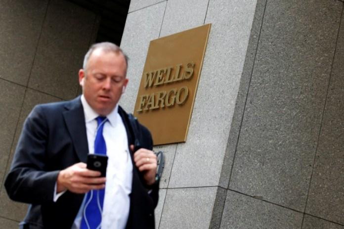 © Reuters. Stocks - Wells Fargo, Johnson & Johnson, AT&T Slump in Pre-market, JP Morgan gains