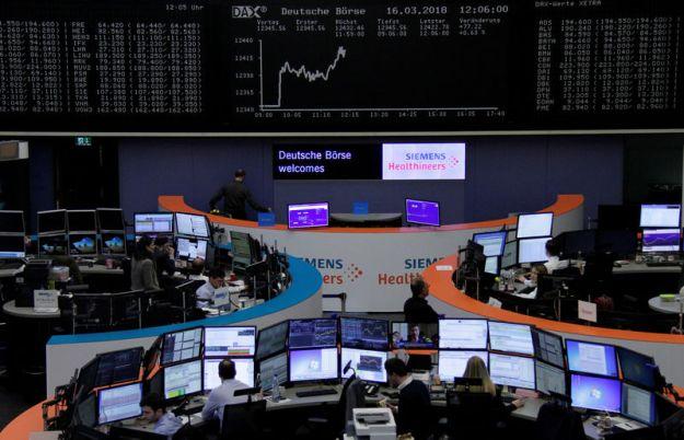 © Reuters. Stocks, commodities regain footing after slump