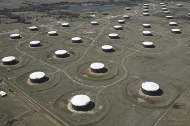 © Reuters. Crude oil storage tanks are seen from above at the Cushing oil hub in Cushing