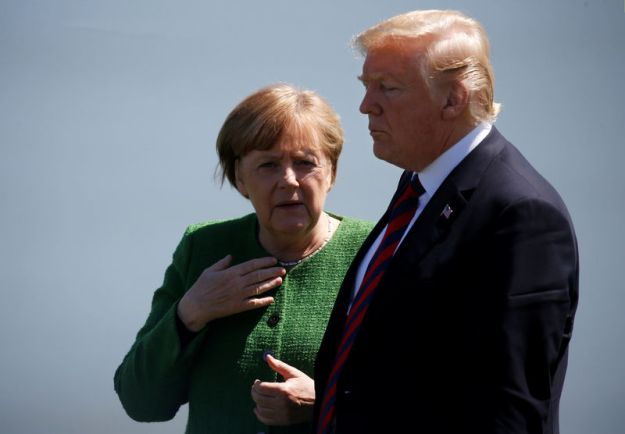 © Reuters. FILE PHOTO: Germany's Chancellor Merkel talks with U.S. President Trump at family photo at the G7 Summit in Charlevoix, Quebec