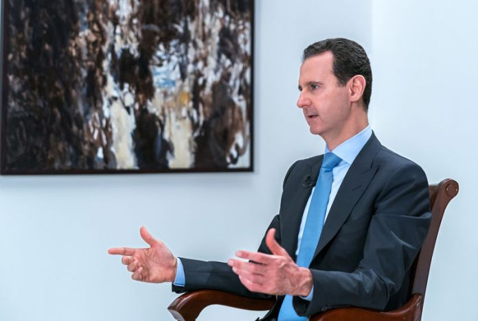 © Reuters. Syrian President Bashar al-Assad gestures during an interview with Iranian channel al-Alam News in Damascus