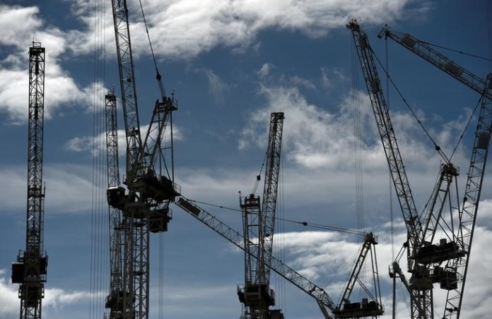 © Reuters. FILE PHOTO: Construction cranes are seen on a building site in central London